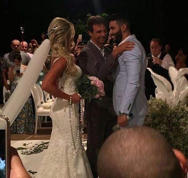 3.out.2016 - Gusttavo Lima se casa com Andressa Suita durante cerimônia em sua fazenda, em Minas Gerais