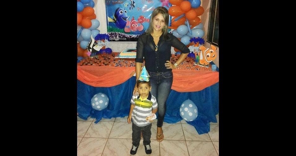Mamãe Mikaela curtindo uma festinha com o filho Anthony
