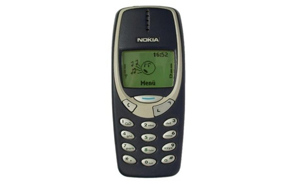 """Já o Nokia 3310, dos anos 2000, foi o responsável por fazer o """"Snake"""", o popular """"jogo da cobrinha"""", virar uma febre. O joguinho havia sido lançado em um modelo Nokia de 1998, mas não """"pegou"""" tanto quanto nessa versão"""