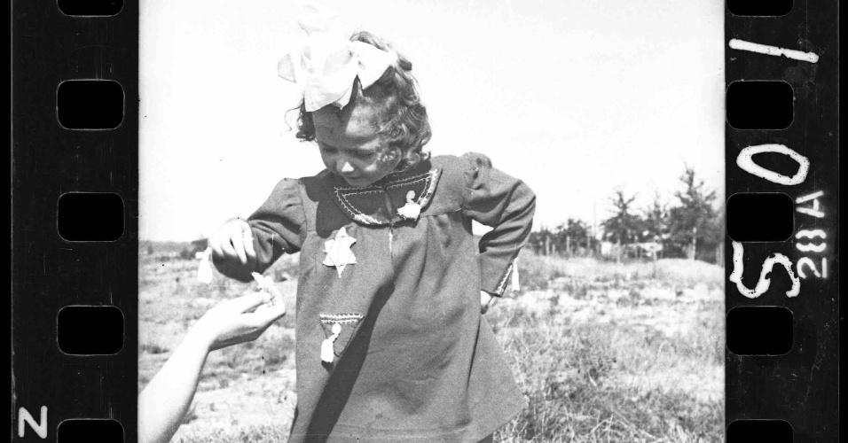 1940-1944 - Jovem garota usa roupa com a estrela de Davi costurada à frente, que identificava os judeus que viviam na regiões dominadas pelos nazistas