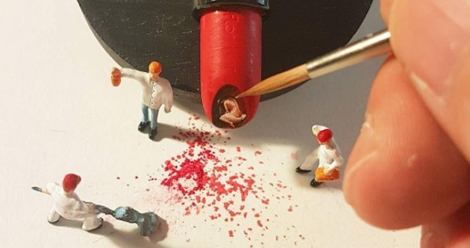 15. Além de desenhar na ponta o batom, Hasan Kale ainda cria cenários com pequenos bonecos fazendo verdadeiras instalações para suas criações
