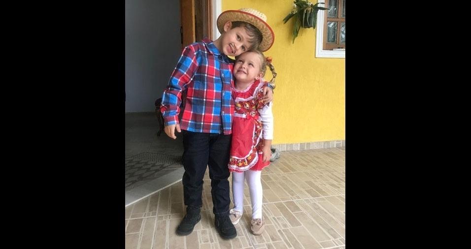 O papai Leonardo Bertti Sant'Anna e a mamãe Carina Alves Bertti enviaram foto dos filhos Anna Laura, dois anos, e Victor, seis anos, de Caraguatatuba (SP)