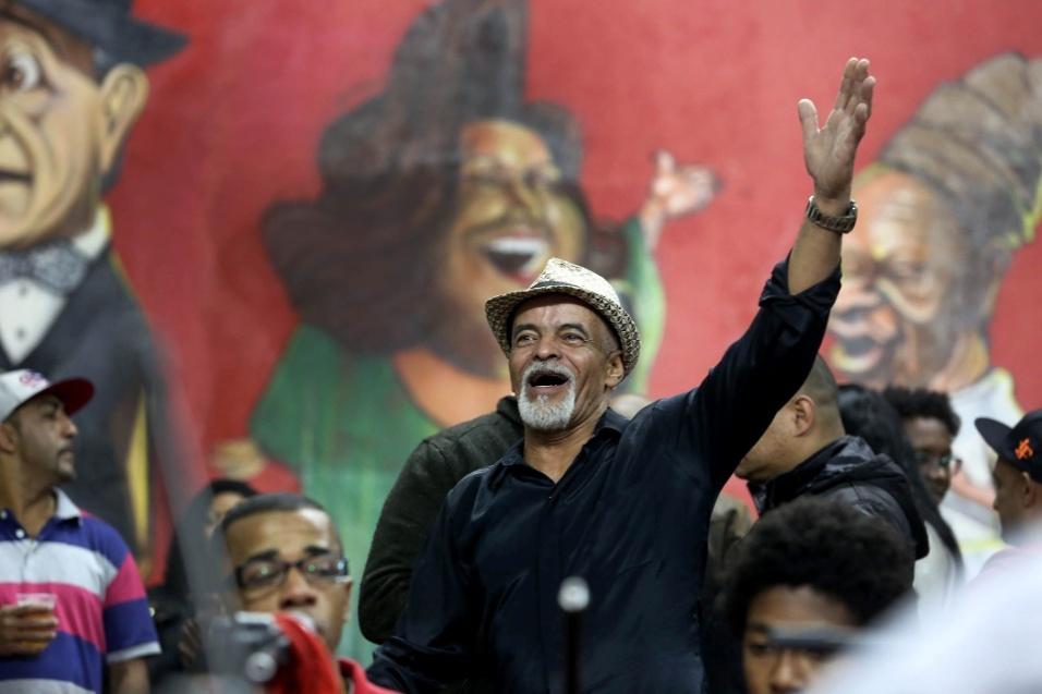 """Paulinho """"da bateria"""" acompanha o samba na voz, na palma e no sapateado. Frequentador assíduo da roda, ele conta que o samba é um movimento agregador: """"O samba não faz diferença, não tem preconceito, aproxima os amigos brancos e negros, une os diferentes"""""""