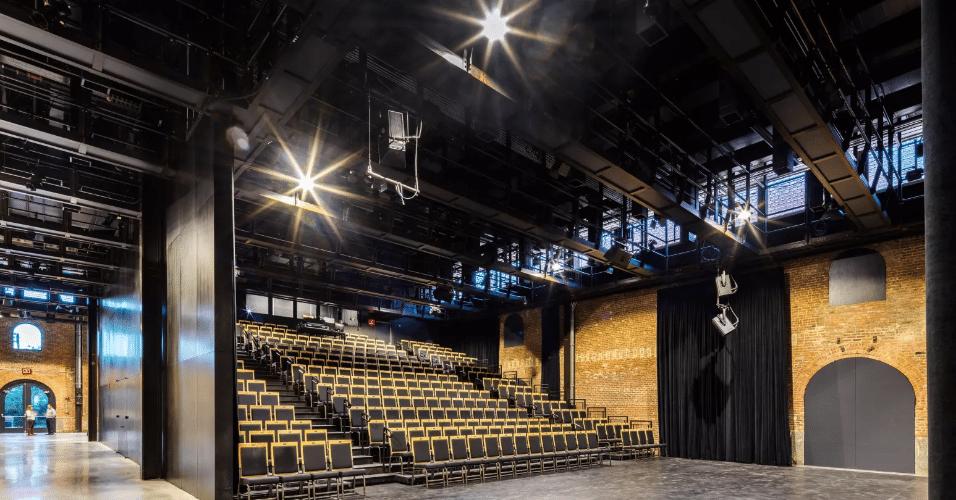 20.jan.2017 - Prédio do St. Ann's Warehouse integra a lista de prédios históricos de Nova York. Deteriorados, a estrutura e o telhado do galpão foram substituídos, criando um espaço que pode ser adaptado conforme a obra em cartaz