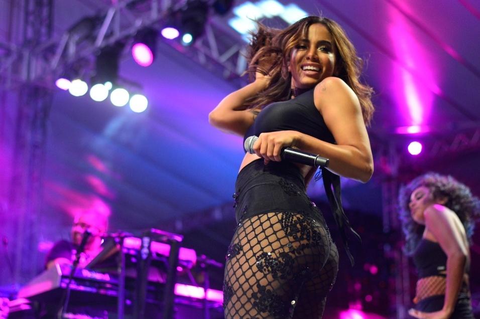 23.jan.2017 - Com hot pants e meia calça arrastão, Anitta chama a atenção pelo corpão no palco da 3ª edição da Melhor Segunda-Feira do Mundo, realizada no Estádio de Pituaçu, em Salvador (BA)