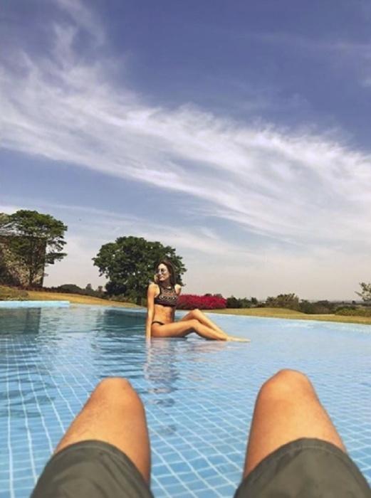 13.set.2017 - Enzo Celulari clica a namorada bilionária, Victoria Grendene. O casal está hospedado em um hotel fazenda de luxo em São Paulo