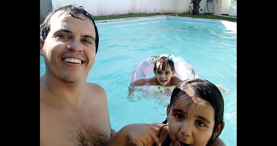 Markinhos e Maria, de Salvador (BA), com o papai Marcos Souza