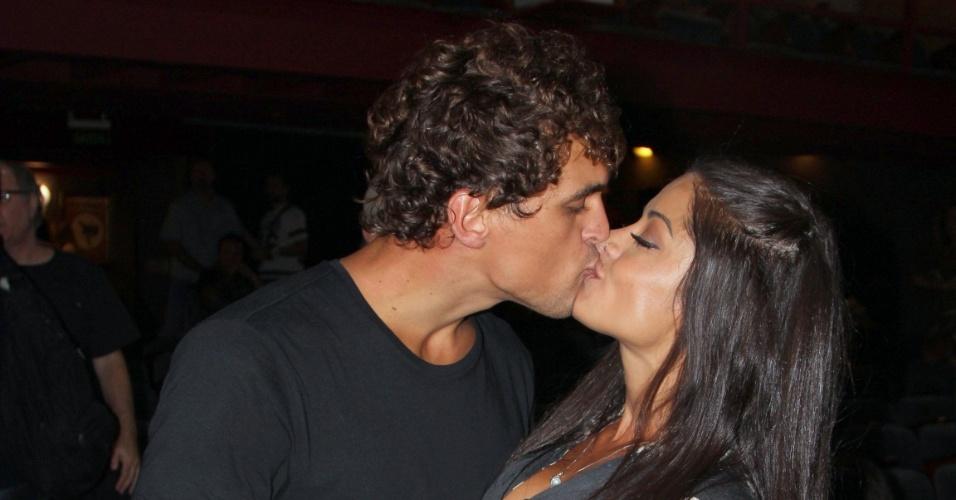 """14.jan.2017 -  """"Grudado"""", casal posa se beijando para os fotógrafos depois de atuarem em """"O Jogo do Amor"""", no Teatro Leblon, no Rio"""