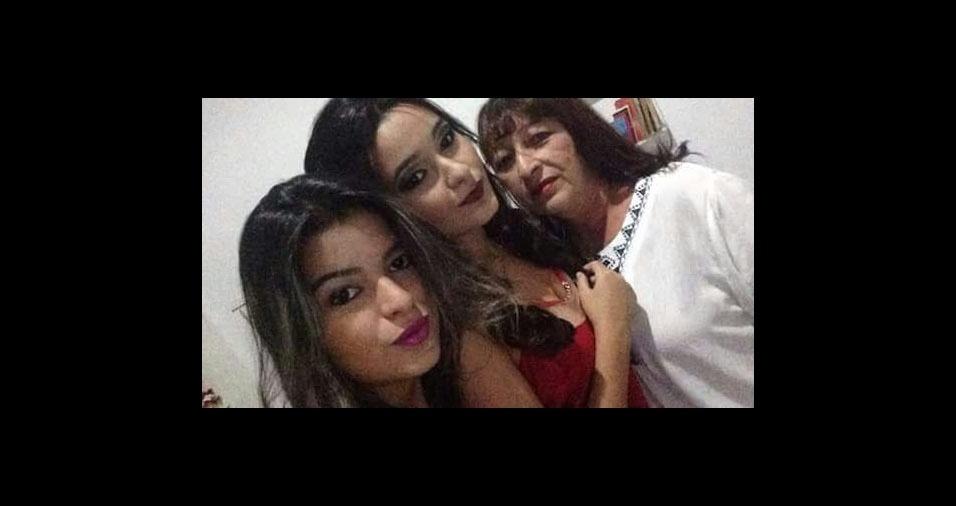 Julinete Teixeira Jales com as filhas Sofia e Sabrina, de São Bento (PB)