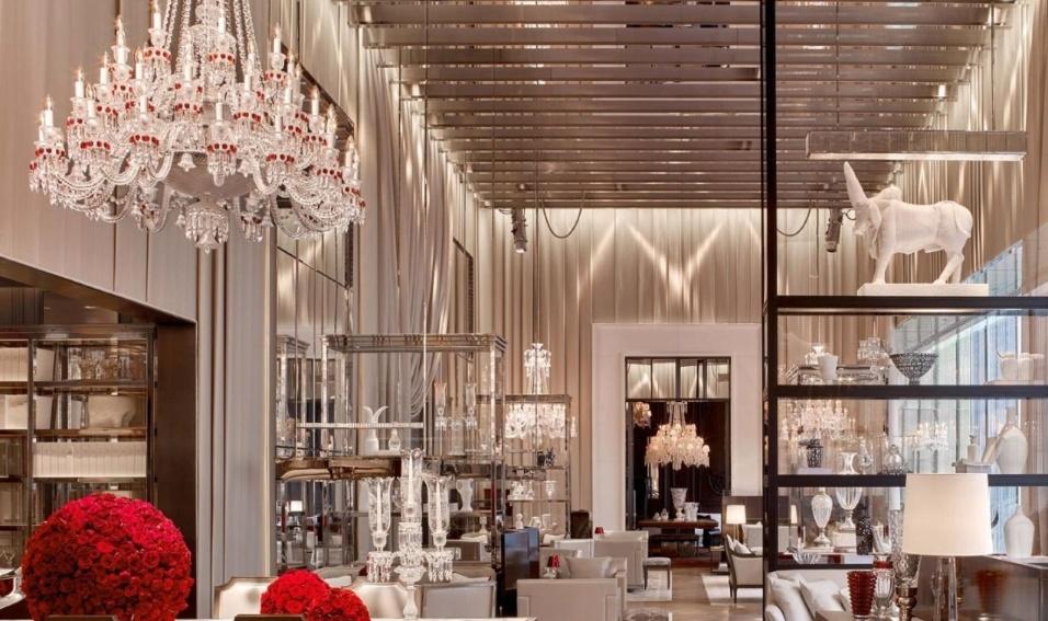 19.mai.2017 - Objetos de arte e lustres ostentam o salão principal do Baccarat Residencese
