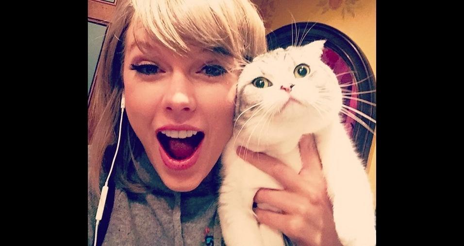 26. A cantora pop Taylor Swift tem duas gatinhas, Meredith e Olivia, e é apaixonada por animais. Na foto está a gatinha Meredith