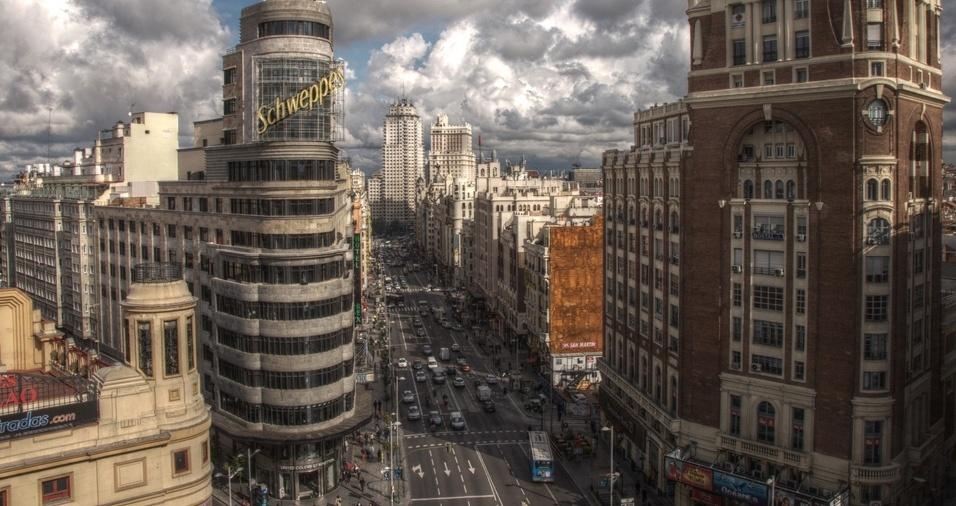 10. A Gran Vía é uma das ruas principais da capital espanhola, Madri, começando na Calle Alcalá e terminando na Plaza de España. A avenida é um grande centro comercial, com cinemas luxuosos, teatros, e lojas de grifes internacionais, não deixando nada a desejar para quem busca um roteiro de compras