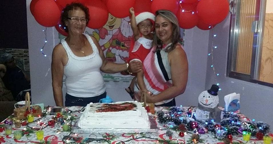 Luciana, de Queimados (RJ), comemorando o aniversário da mãe Carmen em clima de Natal, com o sobrinho Thomas