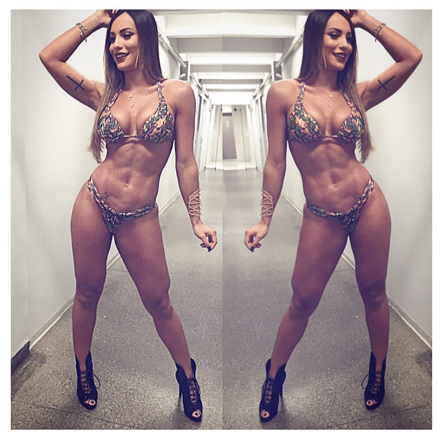 15.jul.2015 - Nas imagens do Instagram, a panicat Aline Mineiro mostra corpo definido, de biquíni, antes de participar do programa Pânico na Band