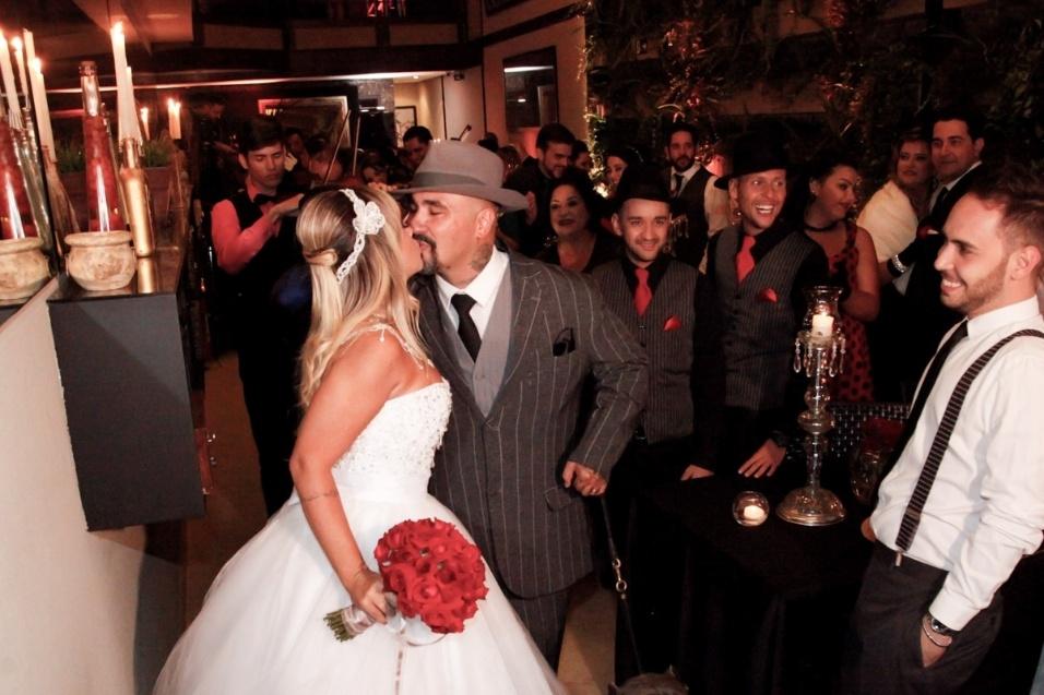 17.jan.2016 - Vivi Fernandez e Fabiano dos Santos se beijam durante a cerimônia de casamento neste domingo (17), em São Paulo