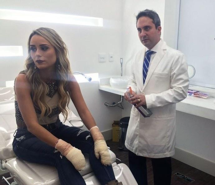 14.abr.2016 - Letícia Santiago tranquiliza os fãs após postar fotos com as duas mãos enfaixadas. A ex-BBB se queimou com álcool enquanto cozinhava