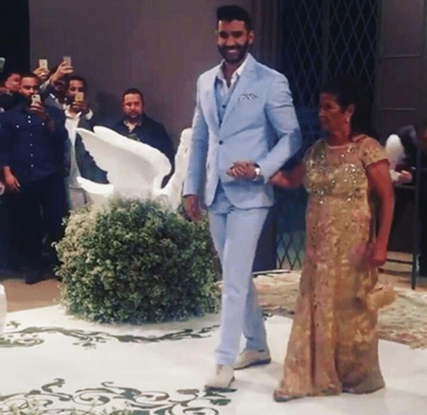 3.out.2016 - Gusttavo Lima chega para o seu casamento com Andressa Suita. A cerimônia aconteceu na fazenda do cantor, em Minas Gerais