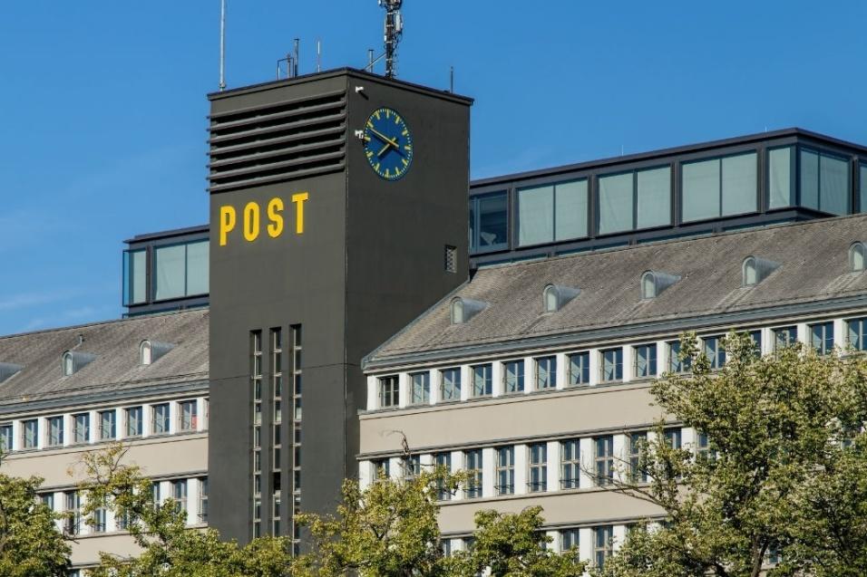 Valor roubado: US$ 53,2 milhões (pouco mais de R$ 167,3 milhões) - Em 1997, cinco ladrões usaram um veículo similar ao dos correios e invadiram uma agência de correios em Zurique. Eles fugiram com uma enorme quantia de dinheiro. Em 1999, a polícia suíça prendeu sete homens acusados de participarem do assalto