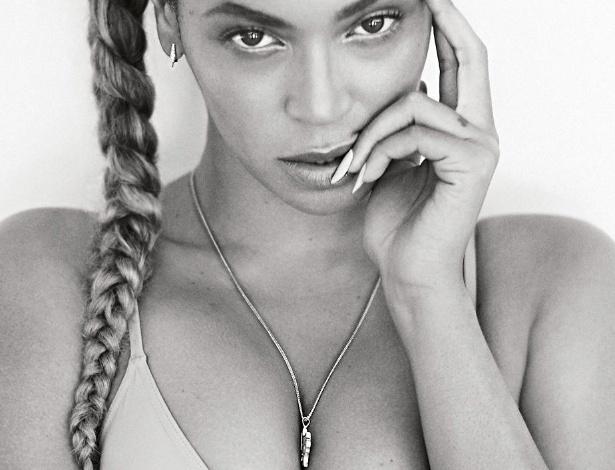 """14.set.2015 - Com fotos bem sensuais, a diva Beyoncé mergulhou em uma piscina e fez cliques """"molhados"""" para a revista gringa Flaunt. Nas fotografias, a cantora exibe sua boa forma e mostra que o corpão está em dia - Reprodução/Flaunt Magazine"""