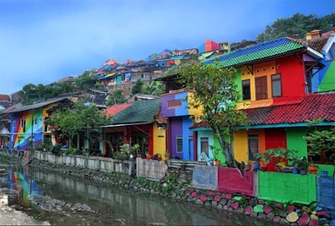 18.mai.2017 - Moradores da vila Kampung Pelangi, na Indonésia, ganharam um colorido na comunidade
