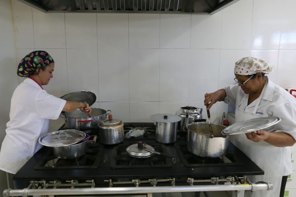 ABRACE. Cozinheiras preparam a alimentação de crianças e mães que são acolhidas na Abrace