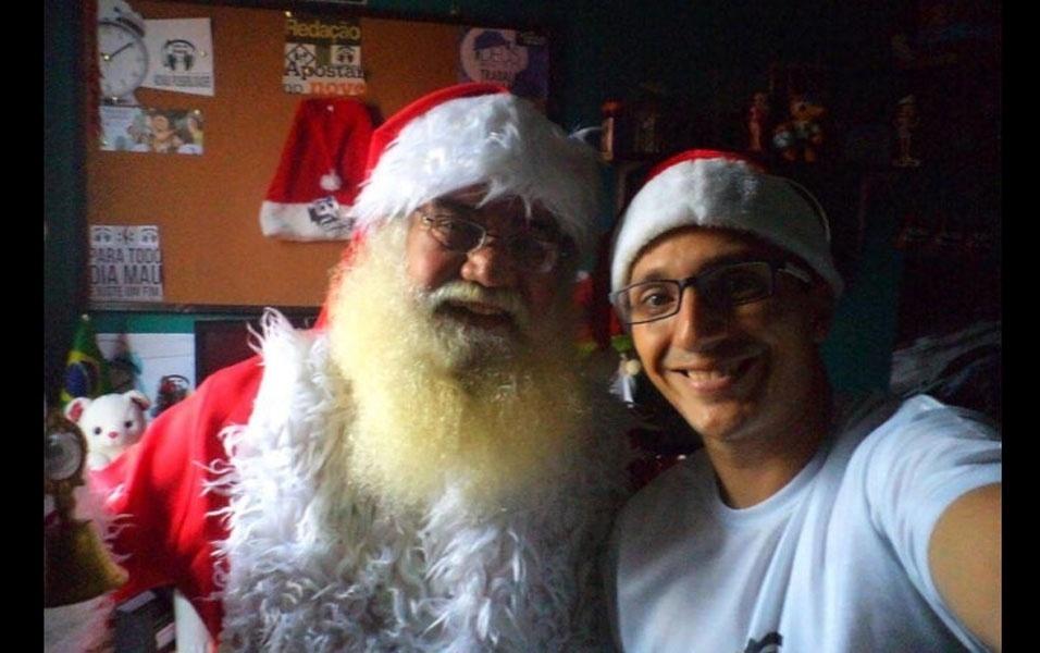 Antonio Germano dá um tempo no trabalho para tirar foto ao lado do papai Noel