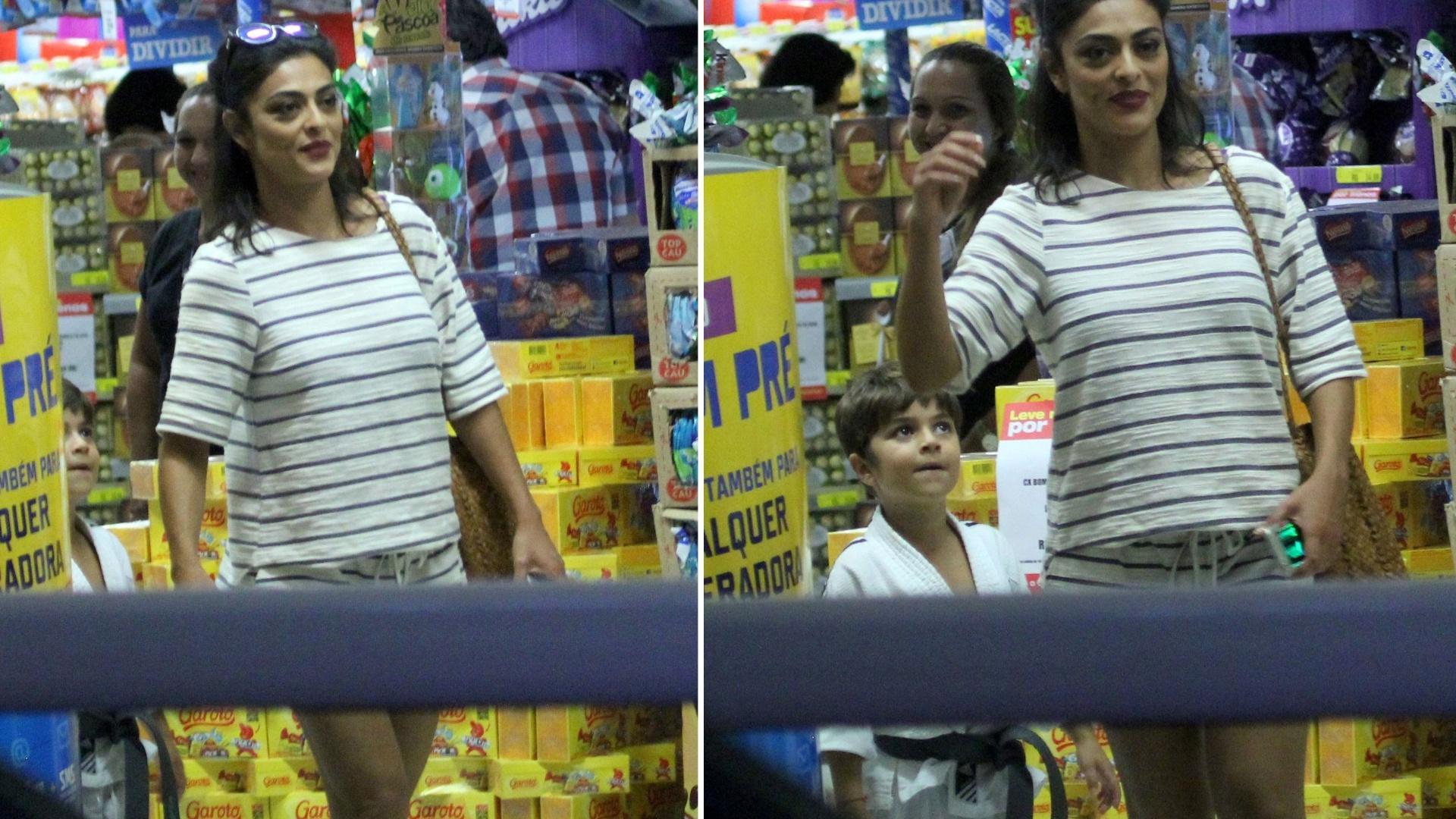 14.mar.2016 - A atriz Juliana Paes deixa loja em shopping center, no Rio de Janeiro, acompanhada do filho Pedro