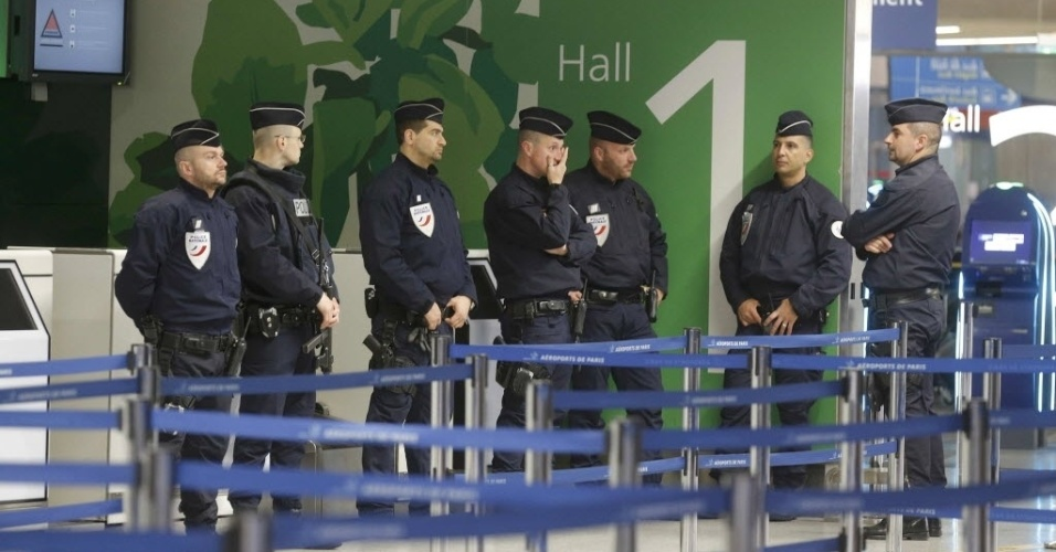 19.mai.2016 - Policiais fazem guarda no aeroporto Charles de Gaulle após o desaparecimento do avião da companhia aérea Egyptair