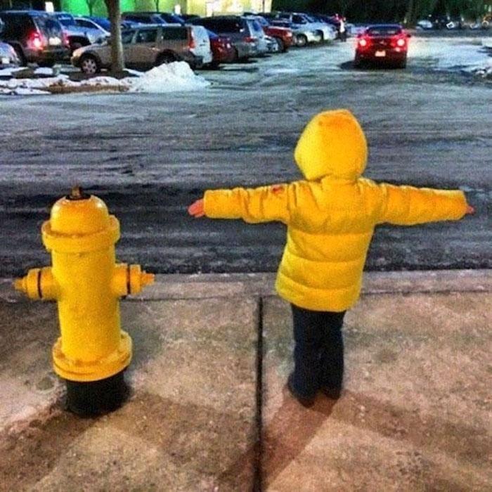 Fev.2017 - Um garotinho com jaqueta amarela e um hidrante