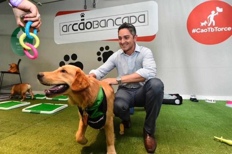 19.abr.2017 - Espaço inédito no Brasil permitiu que torcedores do Cruzeiro acompanhassem com seus cães uma partida de futebol no Mineirão