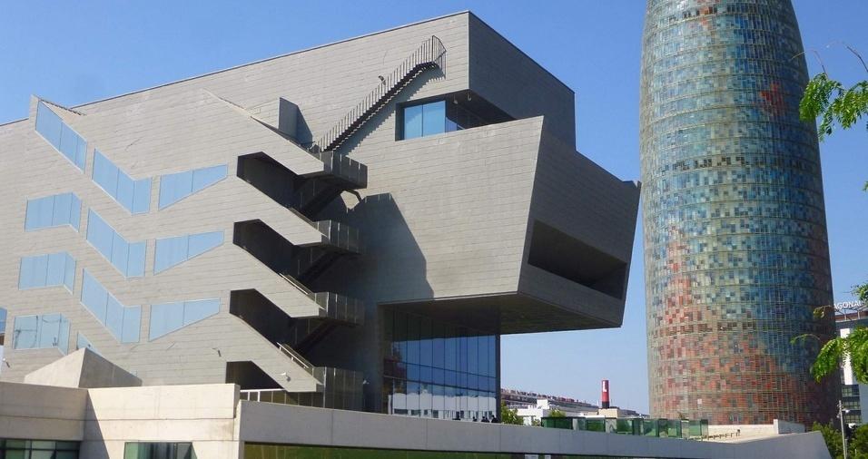 """23. Museu Disseny Hub, ou """"museu do Design"""", de Barcelona, conta com projetos nas áreas de cerâmica, têxtil, industrial e artes gráficas que mostram a evolução das artes decorativas até o design de moda, industrial e gráfico, possibilitando um estudo completo dos movimentos, e períodos históricos. É um passeio imperdível que mostra a evolução da humanidade como um todo"""