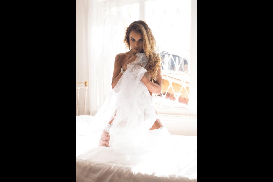 1°.ago.2017 - Com uma lingerie branca, Wanessa Angell posou para sessão de fotos em ambiente intimista