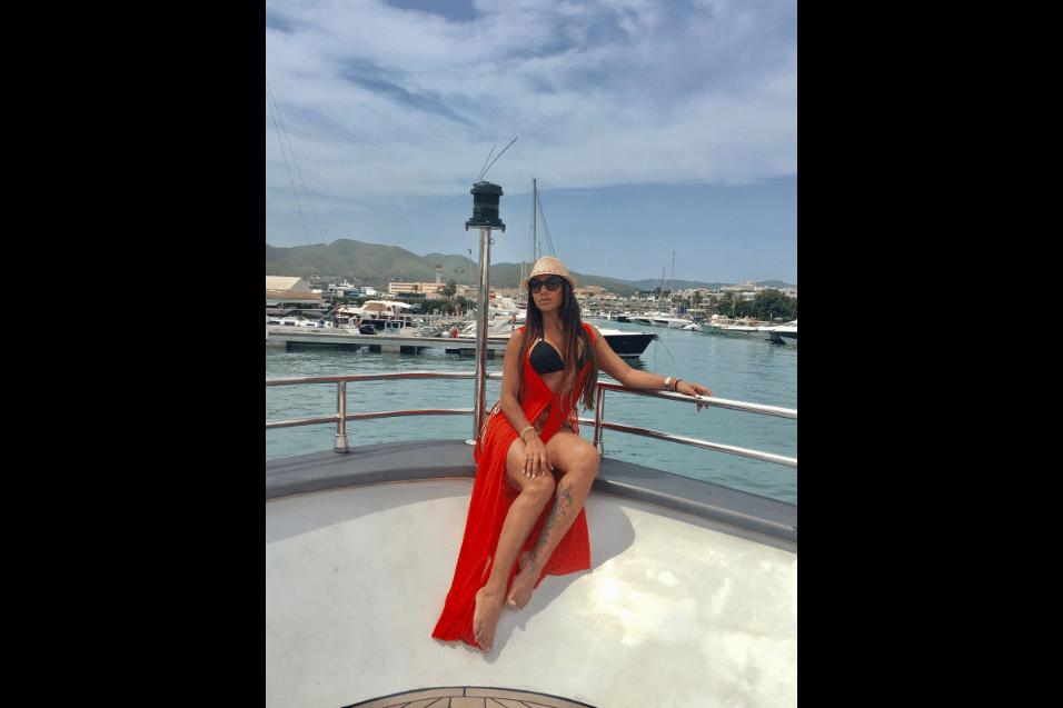 10.ago.2017 - Ana Paula Evangelista posou para fotos a bordo de um iate ancorado na ilha de Ibiza, na costa da Espanha