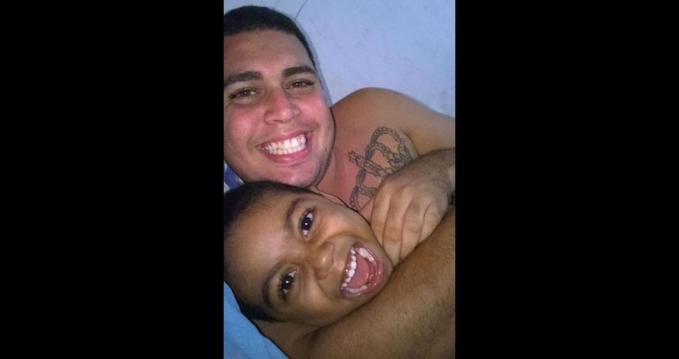 Lucas Bonfim, de Salvador (BA), com o filho Adriel