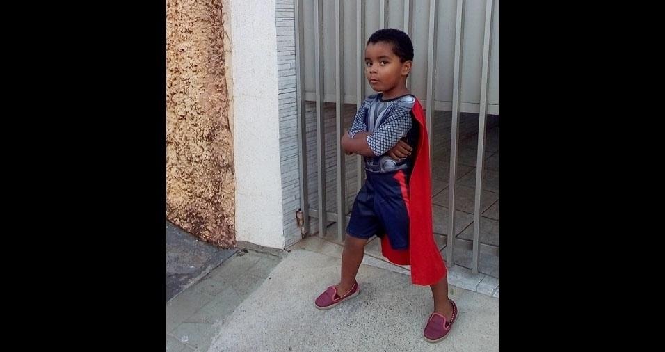 A mãe Laura enviou foto do seu super Thor Guilherme