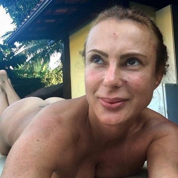 """6.abr.2016 - Marilene Saade, mulher do ator Stênio Garcia, postou uma foto nas redes sociais em que aparece nua deixando o bumbum em evidência. ?Sou super satisfeita comigo, amo meu corpo, sensualidade feminina. E hoje com 47 anos me sinto mais mulher, poderosa e feliz! Liberte-se!"""", escreveu ela na legenda"""