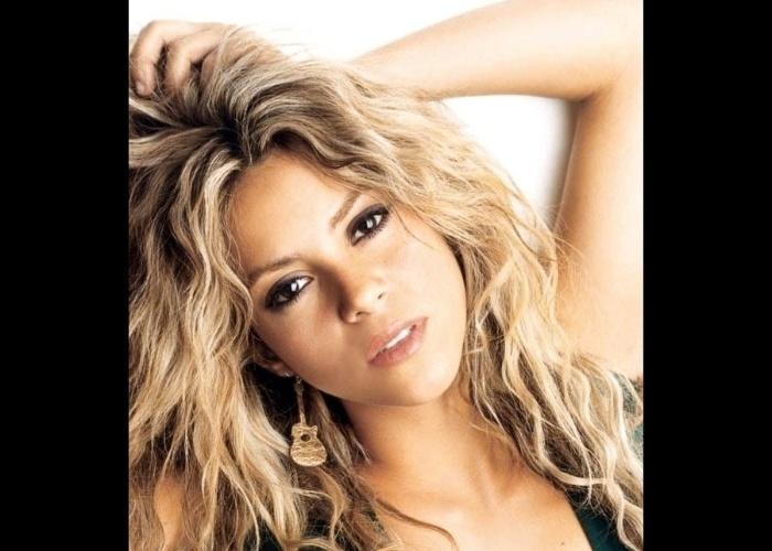 A beleza de Shakira também conquistou milhares de fãs ao redor do mundo. Dona de diversos looks diferentes, ela virou um rosto conhecido nas revistas, na televisão e nas campanhas publicitárias (foto de 2001)