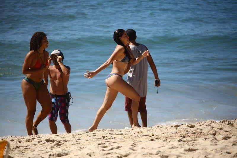 """6.fev.2017 - Juliana Alves e Luma Costa deixam o mar após gravações de """"Sol Nascente"""""""