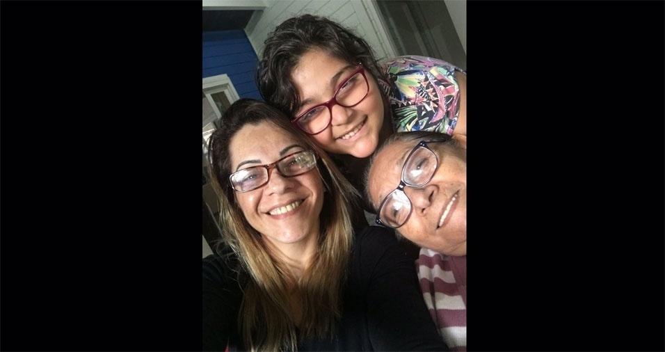"""Selma Barboza enviou foto da filha Beatriz com a vovó Maria de Fátima, e declarou: """"Melhor vovó do mundo"""""""