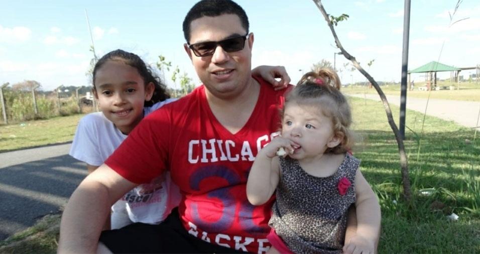 A Margarete enviou foto do marido Leonilson Ferrari do Nascimento com as filhas Milenna e Mikaela