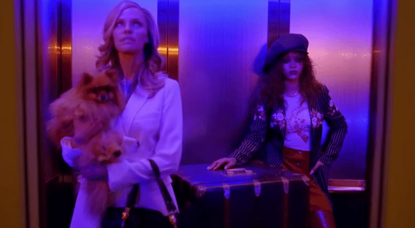 """2;jul.2015 - Com um baú gigante, Rihanna encontra a loira no elevador e inicia o sequestro. Pelo Twitter, clipe foi sucesso entre internautas. """"BBHMM [Bitch Better Have My Money] me deixou pertubado para c******, mas foi tãããão bom"""", disse um fã."""