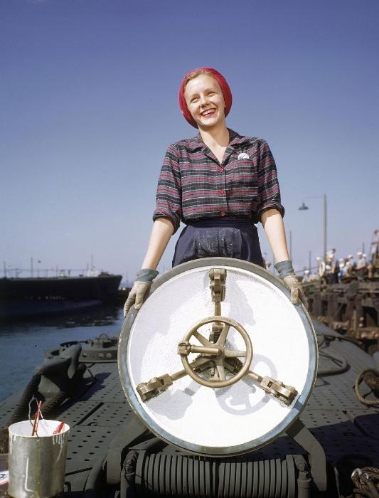 1943 - Trabalhadora da empresa Electric Boat Co. em New London, nos Estados Unidos