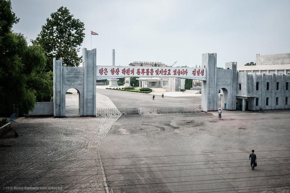 """20. As pessoas em seu caminho para o que parece ser uma fábrica. """"('O Partido [Coreano dos Trabalhadores] nunca vai esquecer os camaradas de Rakwon""""- Kim Il-so'ng')"""