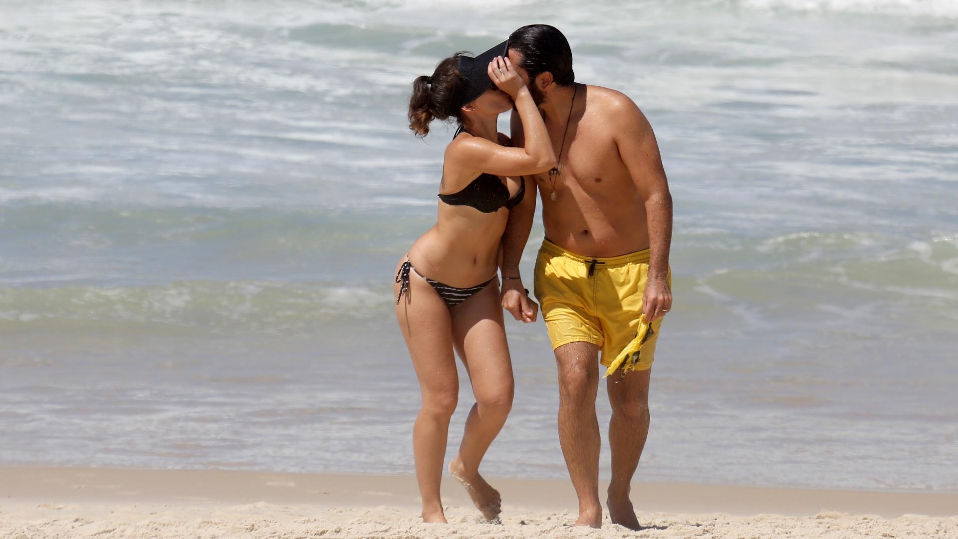 17.mar.2017 - Bianca Bin e Pedro Brandão curtem momento a dois em praia no Rio de Janeiro