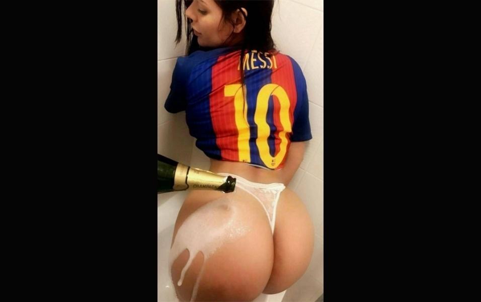 """29.mai.2017 - Fã declarada do Barcelona, a modelo Suzy Cortez fez uma foto provocante para comemorar o título do clube na Copa do Rei da Espanha, no último sábado (27), contra o Alavés, por 3 a 1. """"Visca Barça"""" (algo como """"Viva Barça""""), escreveu a vencedora do Miss Bumbum 2015 na legenda da imagem em que aparece tomando um banho de champanhe em seu atributo premiado"""