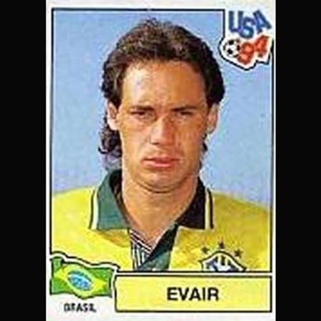 Evair brilhou no Palmeiras em 1994, mas não chegou a ir para a Copa do Mundo. Pelo menos foi para o álbum - Reprodução