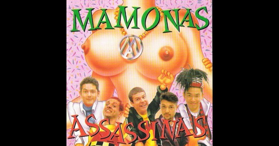 """O primeiro e único disco oficial dos Mamonas Assassinas, que levava o nome da banda, vendeu mais de 3 milhões de cópias, o que garantiu o certificado de disco de diamante para a banda. Detalhe: o disco foi lançado em maio de 1995, e o desastre aéreo que pôs fim à trajetória dos Mamonas ocorreu em março de 1996, menos de um ano após o lançamento do disco. Para quem não sabe, Mamonas se refere a """"mamas grandes"""", como bem indica a capa do disco. Em entrevista exibida no """"Pânico na Band"""" no dia 28 de fevereiro de 2016, Rick Bonadio conta que recebeu as certificações dos discos (ouro, platina e diamante) após a morte dos Mamonas. """"Uma pena que eles não viram isso"""", conta"""