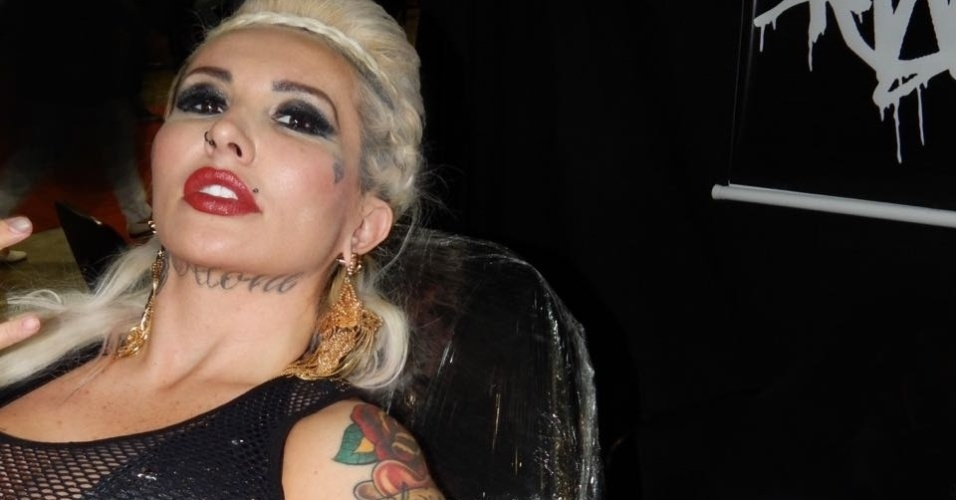 26.jul.2016 - A centésima tatuagem de Sabrina Boing Boing foi feita no braço esquerdo