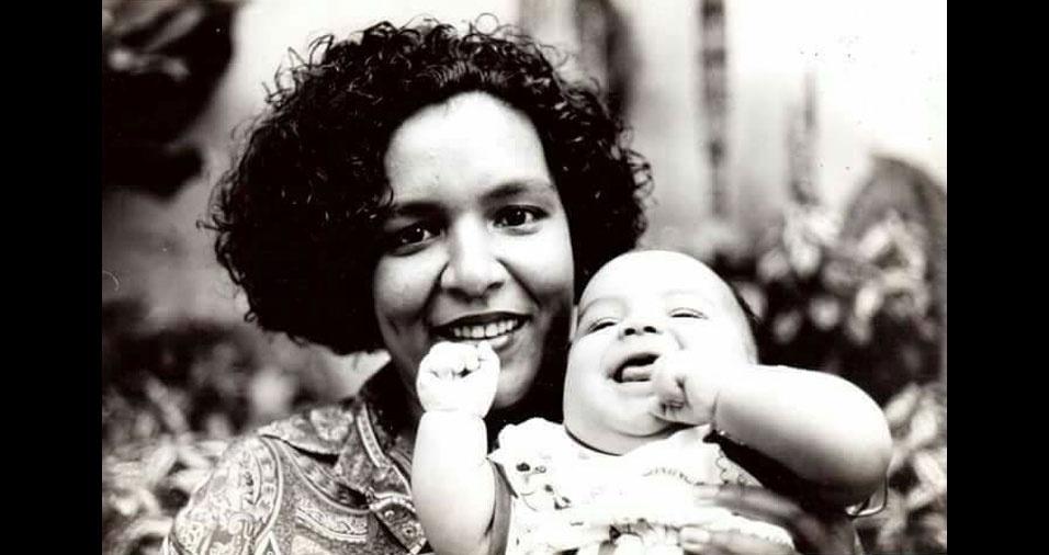 Sônia Mendes dos Santos chegou a São Paulo em 1974, vinda de Campo Grande (MS), e, em 1996, estava curtindo o maior presente que recebeu na vida, o filho Vitor, que hoje tem 21 anos e é estudante de engenharia. Sônia conta que a foto foi tirada um dia antes de ela voltar para a faculdade, para terminar o curso de Direito