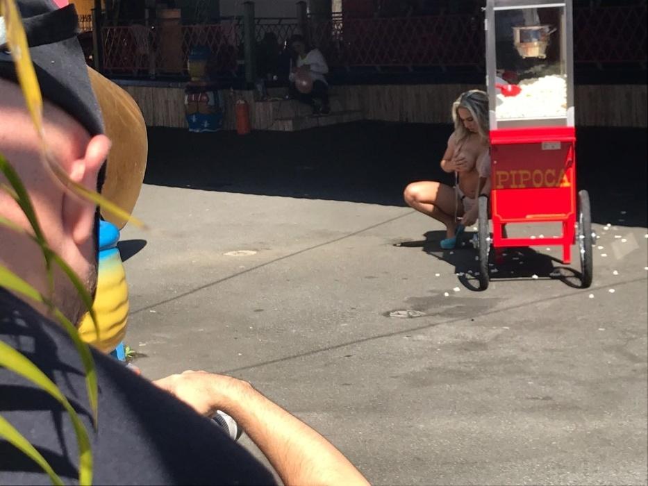 9.mai.2017 - Mulher Melão tirou a roupa para ensaio sensual em parque de diversões